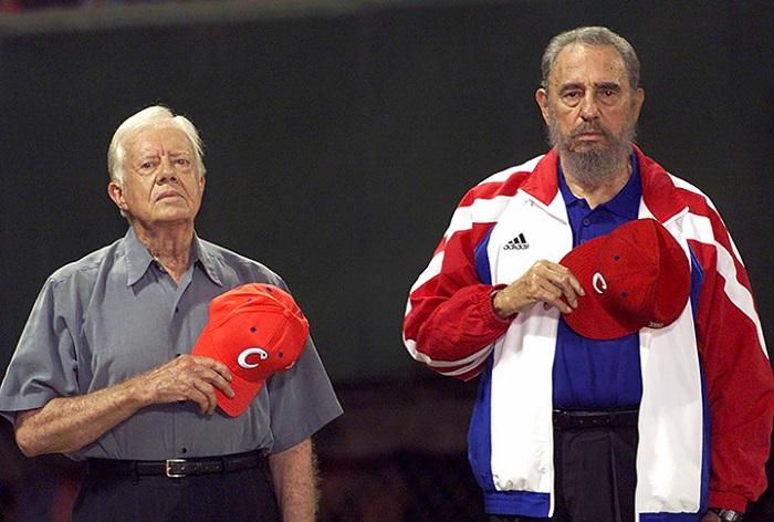 Фидель Кастро АНУ-ын Ерөнхийлөгч асан Жимми Картер нар бейсболын тэмцээний нээлт дээр Кубын төрийн дууллыг сонсож байгаа нь.