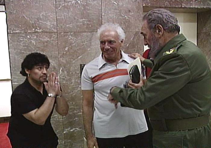 2001 он. Диего Марадона Кубад хар тамхины эмчилгээ хийлгэж байлаа.