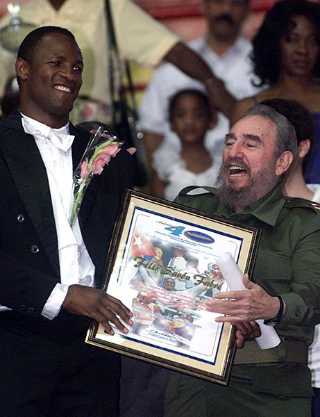 Кастро олимпын 3 удаагийн аварга боксчин Феликс Савонд (1992, 1996, 2000) шагнал гардуулж байна.